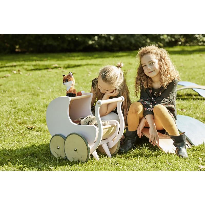 Poppenwagen wit, Kinderfeets
